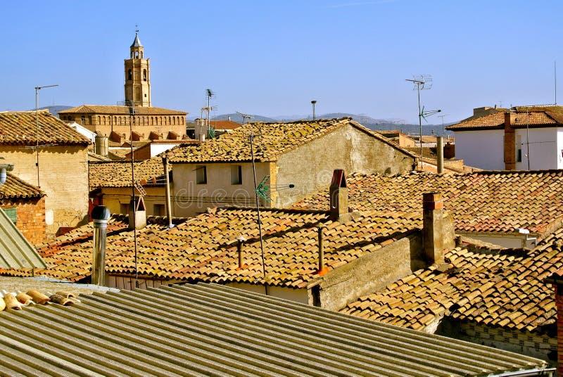 Betegelde daken van landelijke huizen en de koepel van de kerk stock foto's