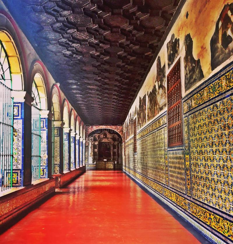 Betegelde Gang in St Francis Convent in Lima stock afbeelding