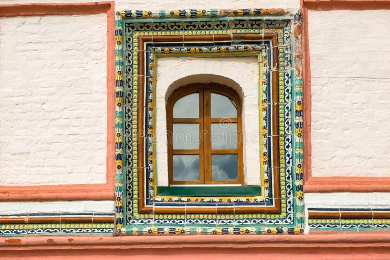 Betegelde vensterversiering aan de kant van het oosten van het Priorijcorpus royalty-vrije stock foto