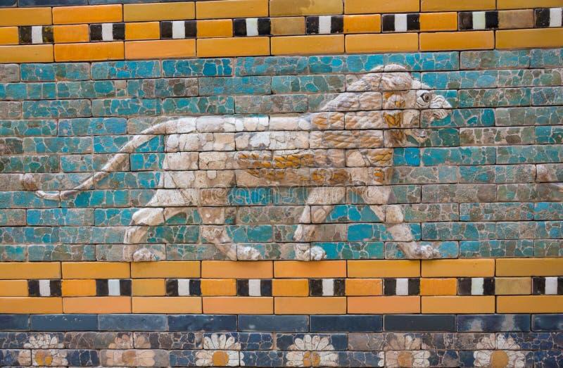 Betegelt Patroon van Babylon ` s de Ishtar-Poort binnen het Pergamon-Museum Pergamonmuseum, Berlijn, Duitsland - 6 Februari 2016 stock foto's
