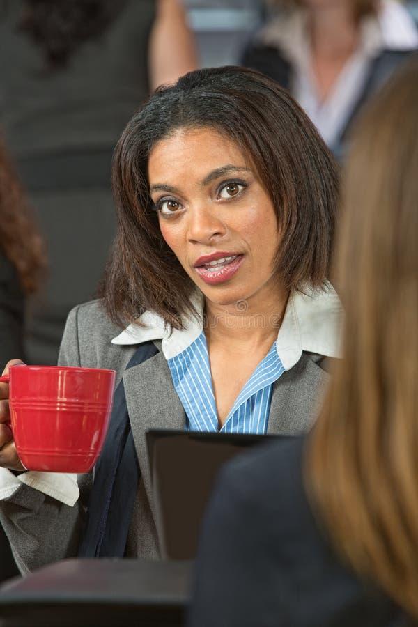 Beteiligte Frau mit Kaffee lizenzfreie stockfotografie