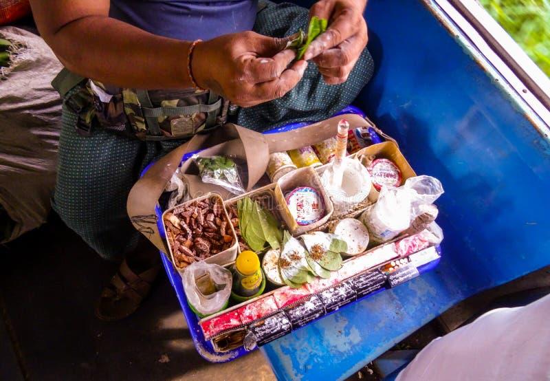 Betel - mutter som tuggar tobak som göras på ett drev i den Myanmar Burman fotografering för bildbyråer