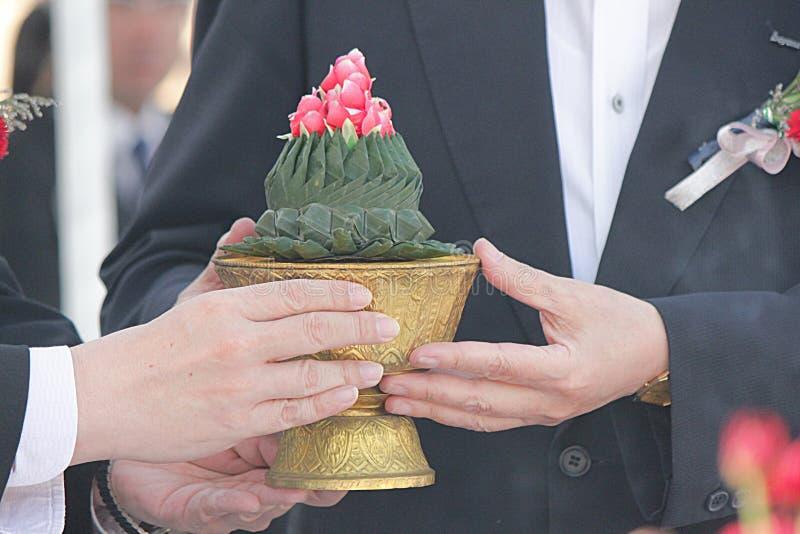 Beten Sie Vorbereitung an der Grundlagen-Zeremonie bei Thailand an stockfotos