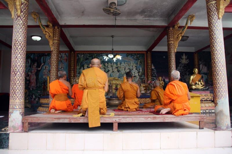 Beten Sie zu Buddha lizenzfreie stockbilder