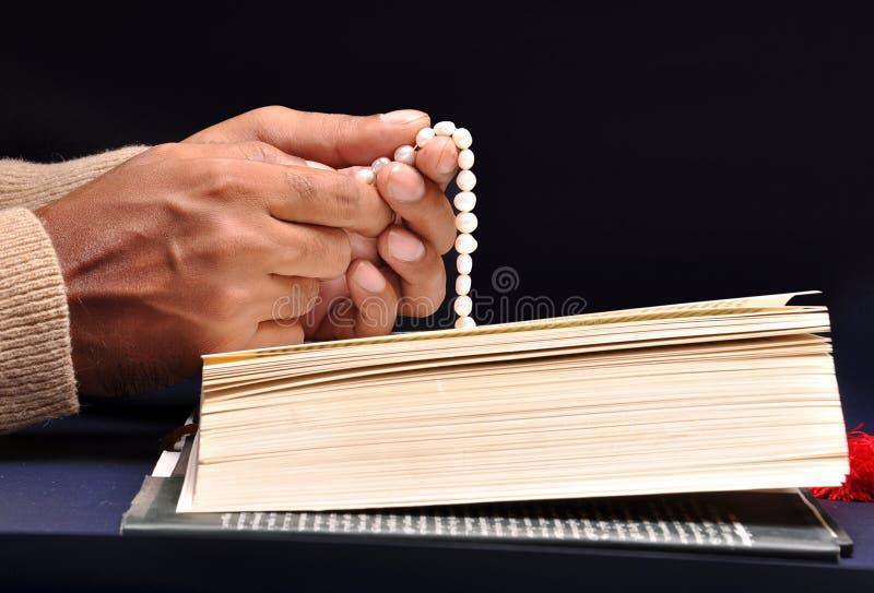 Betende Handbibel lizenzfreies stockbild