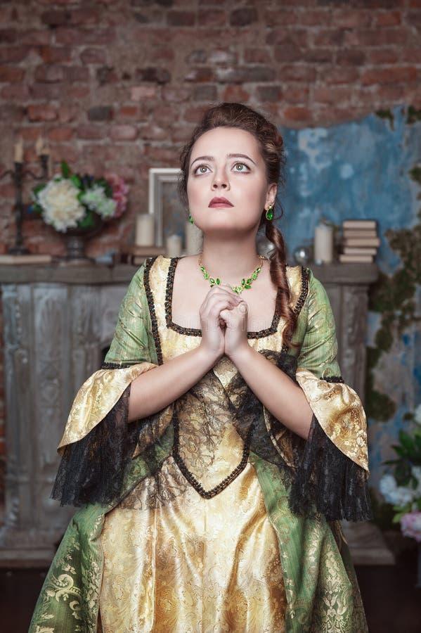 Betende Schönheit im mittelalterlichen Kleid stockfoto