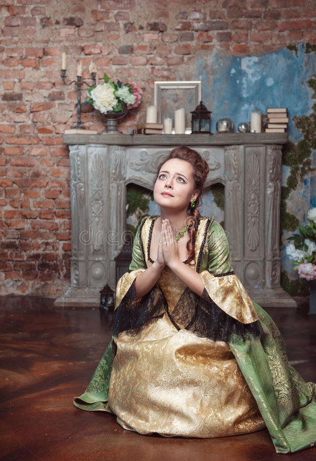 Betende Schönheit im mittelalterlichen Kleid lizenzfreie stockfotos