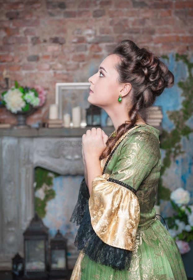 Betende Schönheit im mittelalterlichen Kleid lizenzfreie stockbilder