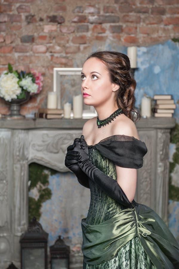 Betende Schönheit im mittelalterlichen Kleid stockfotografie