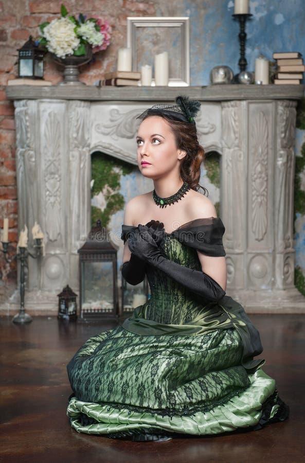Betende Schönheit im mittelalterlichen Kleid stockbild