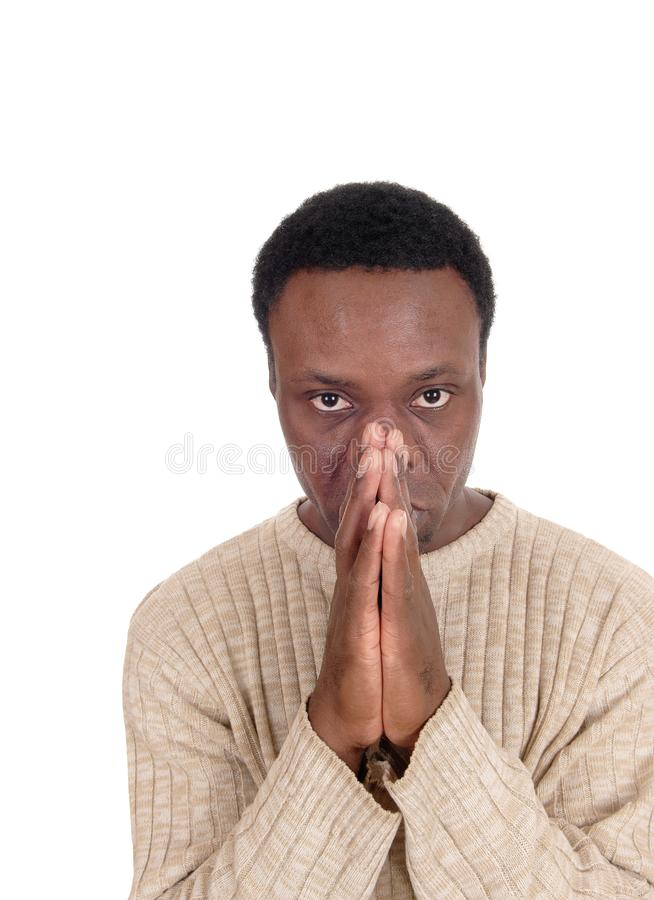 Betender afrikanischer Mann in einem Porträtbild stockbild