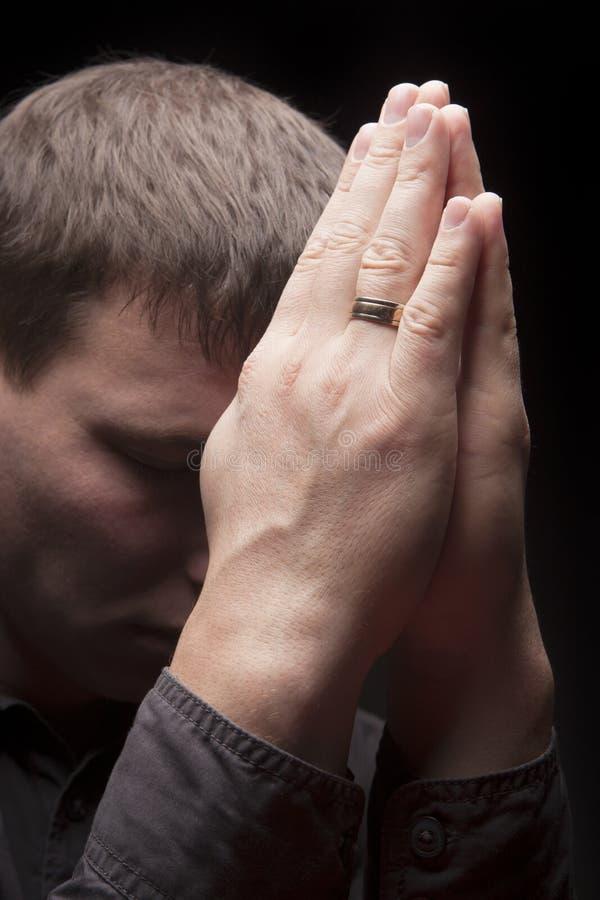 Betender Mann mit den Augen geschlossen lizenzfreies stockfoto