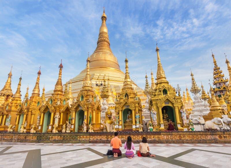 Betender Respekt der birmanischen Leute der Familie an großer goldener Pagode Shwedagon in Rangun, MyanmarBurma stockbild