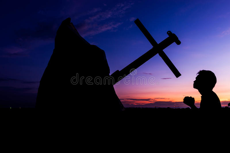 Betender Sonnenuntergang des Mannes lizenzfreie stockfotos