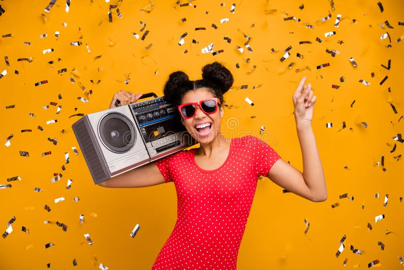 Betere afro-amerikaanse studentendanser dancer disco minnaar van hold retro boom box dans discotheque geniet van muzikale blijdsc royalty-vrije stock afbeelding