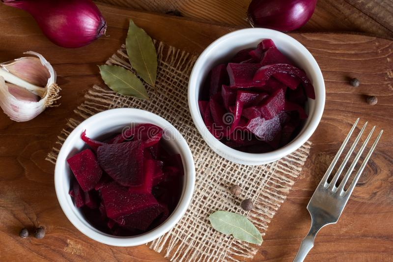 Beterraba vermelha fermentada em duas bacias, vista superior fotografia de stock