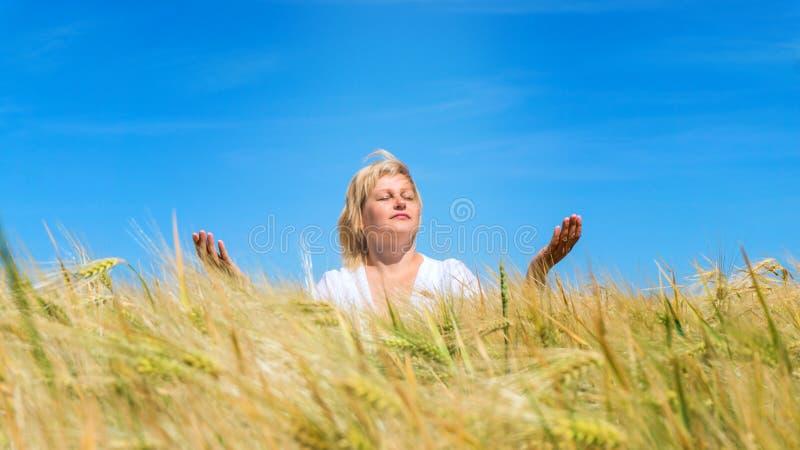 Betet zum Gott im Freien lizenzfreie stockfotografie
