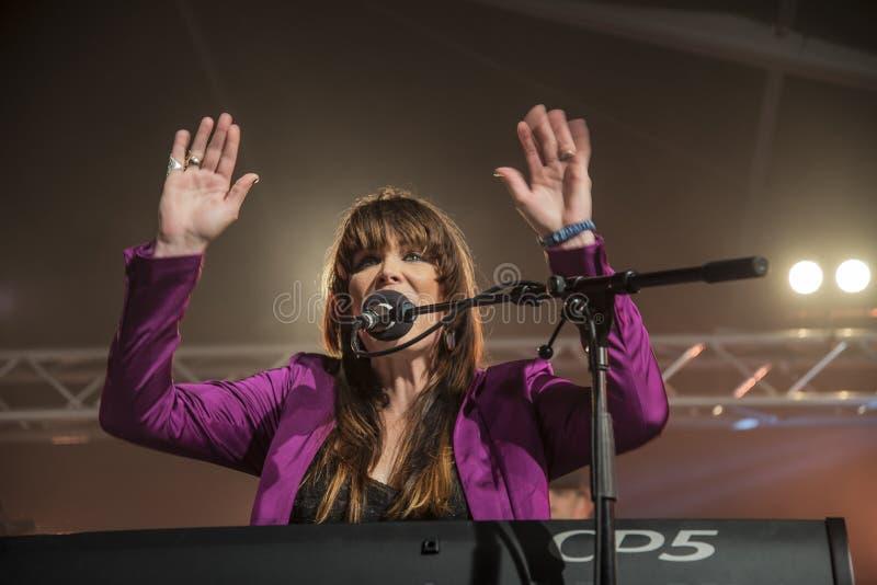 Beth Hart sjunger och spelar tangentbord royaltyfri bild