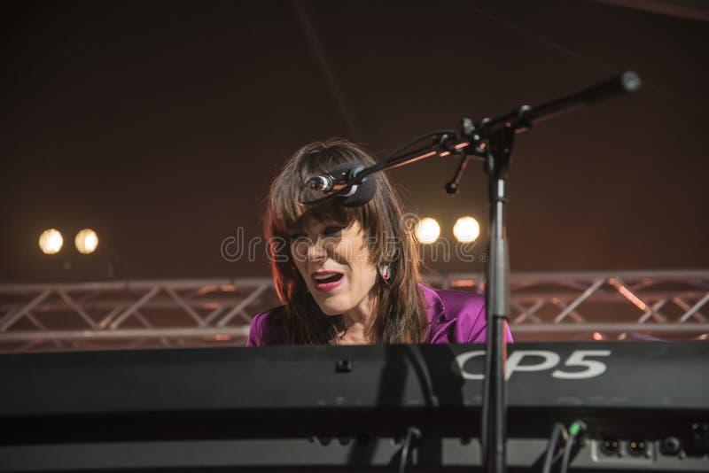Beth Hart sjunger och spelar tangentbord fotografering för bildbyråer
