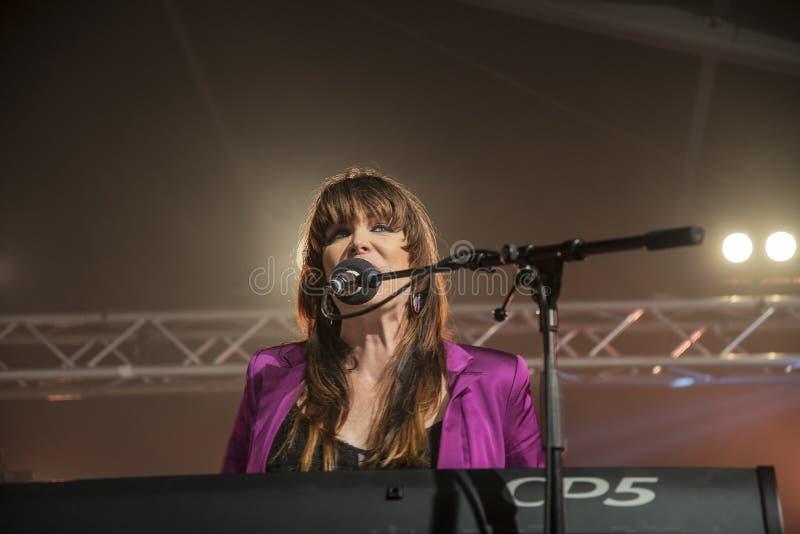 Beth Hart sjunger och spelar tangentbord arkivbilder