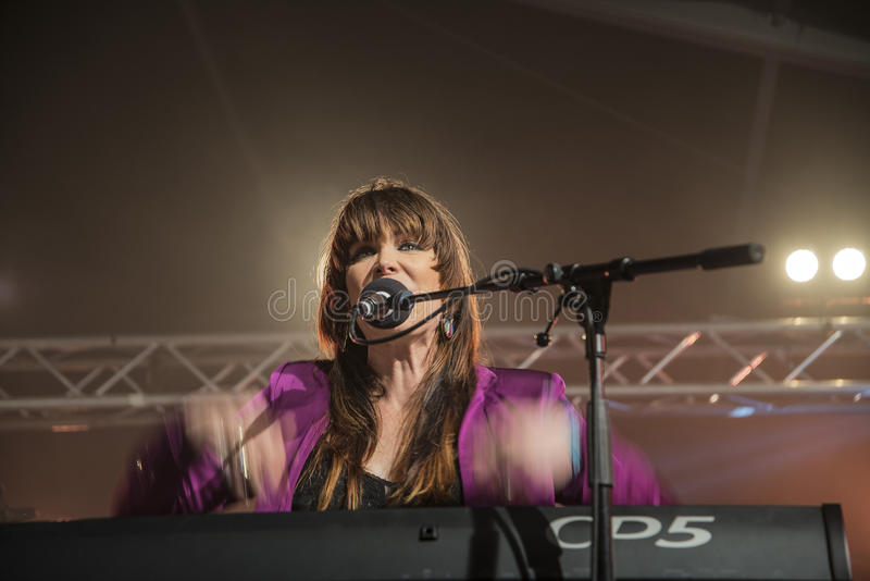 Beth Hart sjunger och spelar tangentbord royaltyfria foton