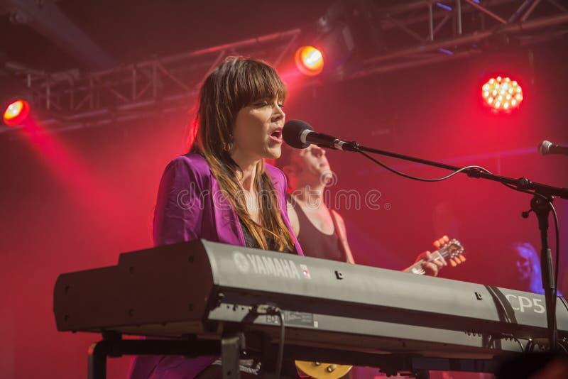 Beth Hart spelar tangentbord och allsånger (i bakgrunden PJ Barth) arkivbild