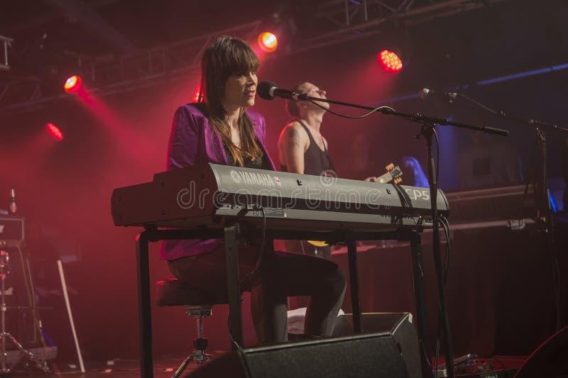 Beth Hart spelar tangentbord och allsånger (i bakgrunden PJ Barth) fotografering för bildbyråer