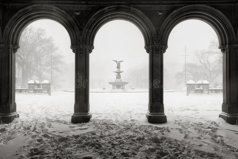 Bethesda Fountain in Central Park, de Wintersneeuwstorm, de Stad van New York royalty-vrije stock foto