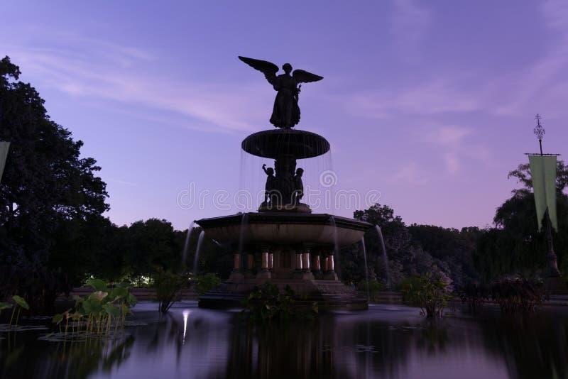 Bethesda Terrace och springbrunnCentral Park på natten royaltyfria foton