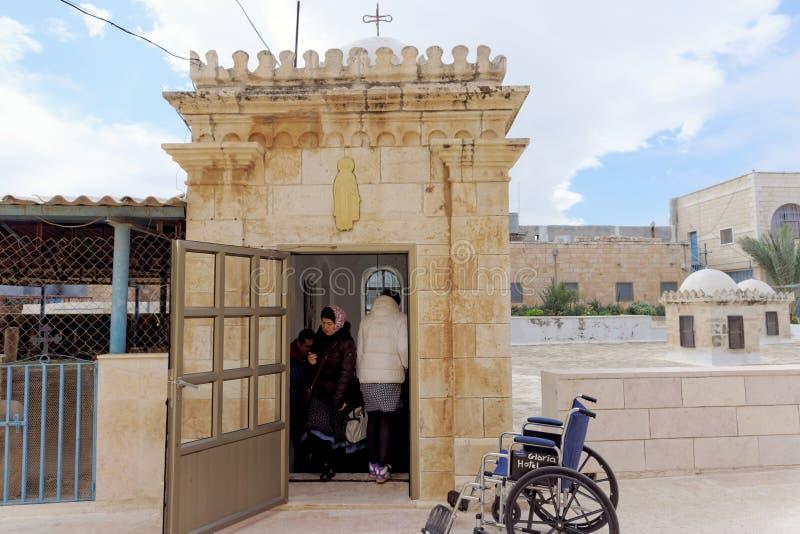 Bethlehem, Israël - 14 februari 2017 Het hol van de gedode Bethlehem zuigelingen - de pelgrims nemen van de grond toe tot de bove royalty-vrije stock fotografie
