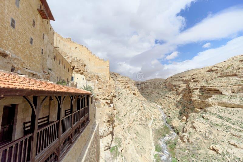 Bethlehem, Israel - 14 de fevereiro 2017 A vista do desfiladeiro rochoso do balcão no Lavra de Savva santificou no imagens de stock