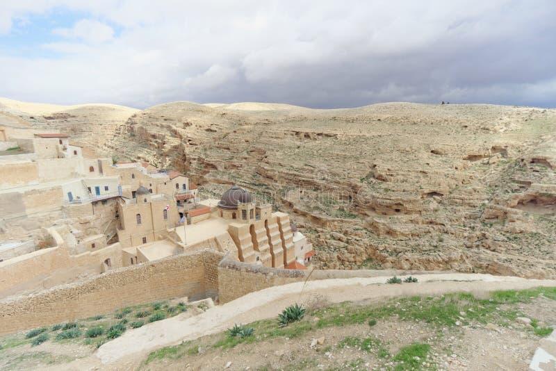 Bethlehem, Israel - 14 de fevereiro 2017 A vista do Lavra de Sawa santificou no deserto de Judean imagens de stock