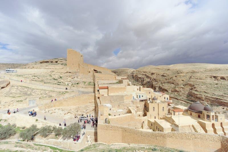 Bethlehem, Israel - 14 de fevereiro 2017 A vista do Lavra de Sawa santificou no deserto de Judean - muitos peregrinos na entrada foto de stock