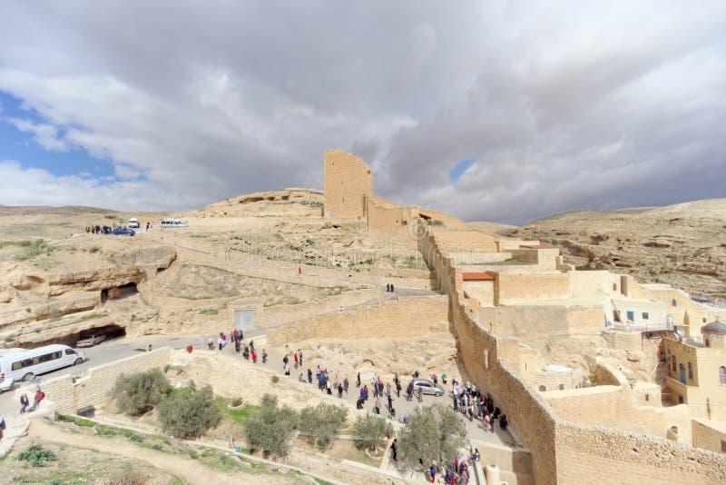 Bethlehem, Israel - 14 de fevereiro 2017 A vista do Lavra de Sawa santificou no deserto de Judean - muitos peregrinos na entrada fotografia de stock royalty free