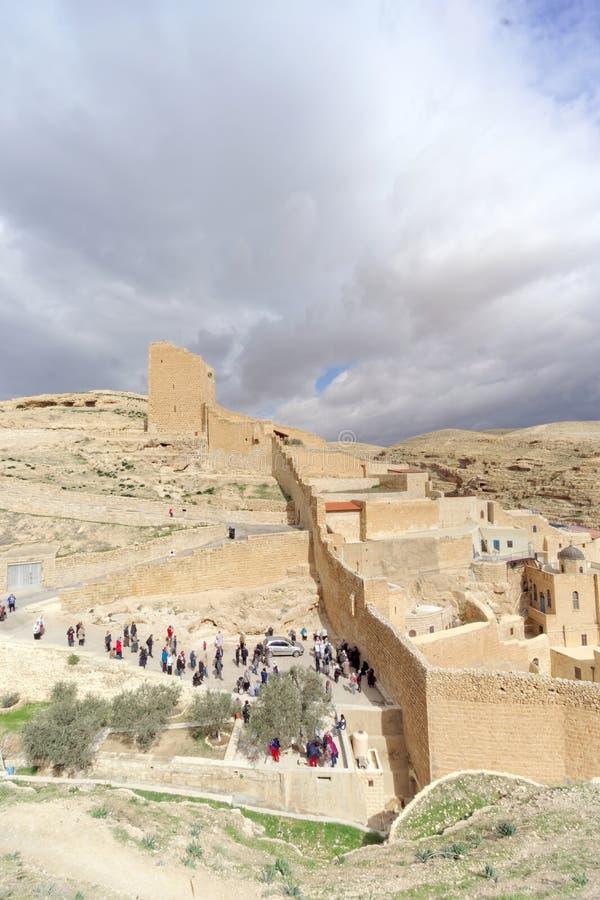 Bethlehem, Israel - 14 de fevereiro 2017 A vista do Lavra de Sawa santificou no deserto de Judean - muitos peregrinos na entrada fotos de stock