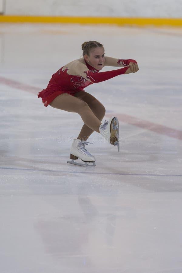 Betina du Belarus exécute le programme de patinage gratuit de filles argentées de la classe IV sur le championnat national de pat photo libre de droits