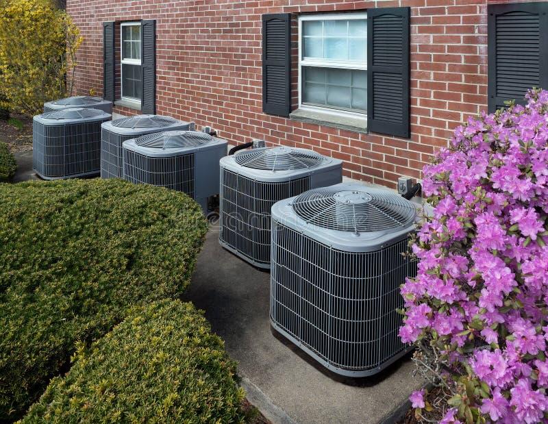 Betingande enheter för luft utanför en lägenhetskomplex royaltyfria foton