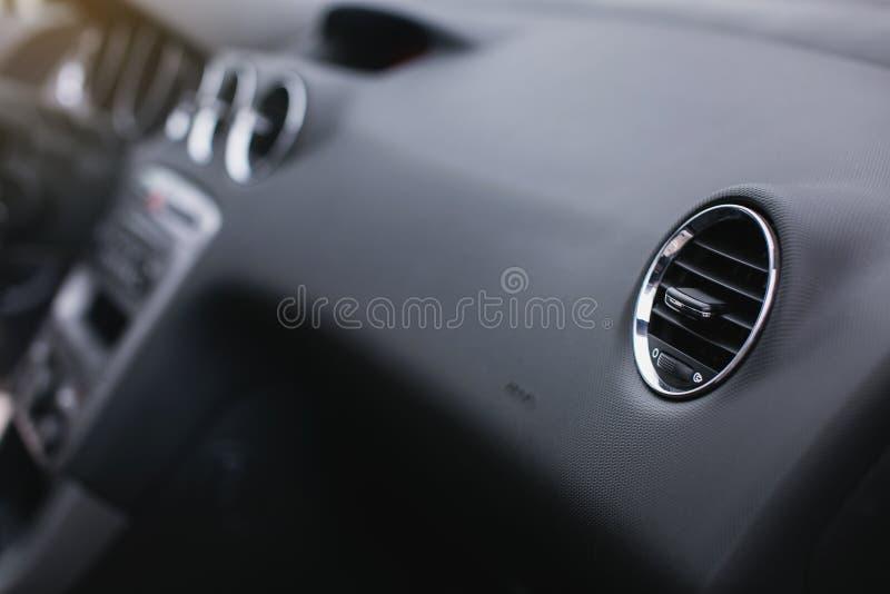 Betingande knapp för luft inom en bil Enhet för klimatkontrollAC i den nya bilen royaltyfria bilder