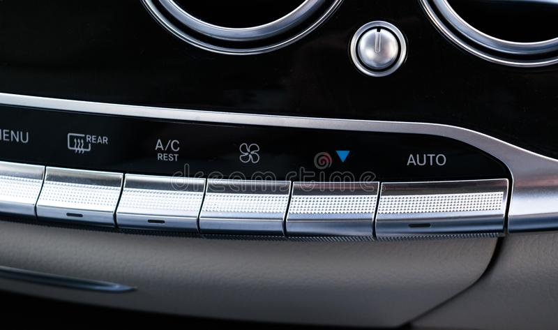 Betingande knapp för luft inom en bil Enhet för klimatkontrollAC i den nya bilen moderna bilinredetaljer fotografering för bildbyråer