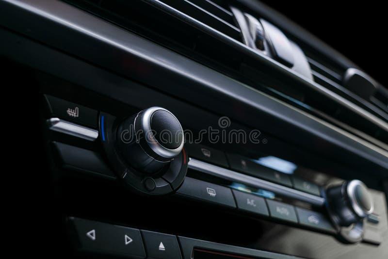 Betingande knapp för luft inom en bil Enhet för klimatkontrollAC i den nya bilen moderna bilinredetaljer Specificera för bil _ arkivfoton