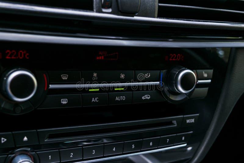 Betingande knapp för luft inom en bil Enhet för klimatkontrollAC i den nya bilen moderna bilinredetaljer Specificera för bil _ royaltyfri bild