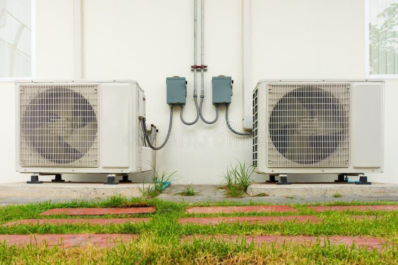 Betingande kompressorinstallation för luft utanför byggnad , Luft arkivbild