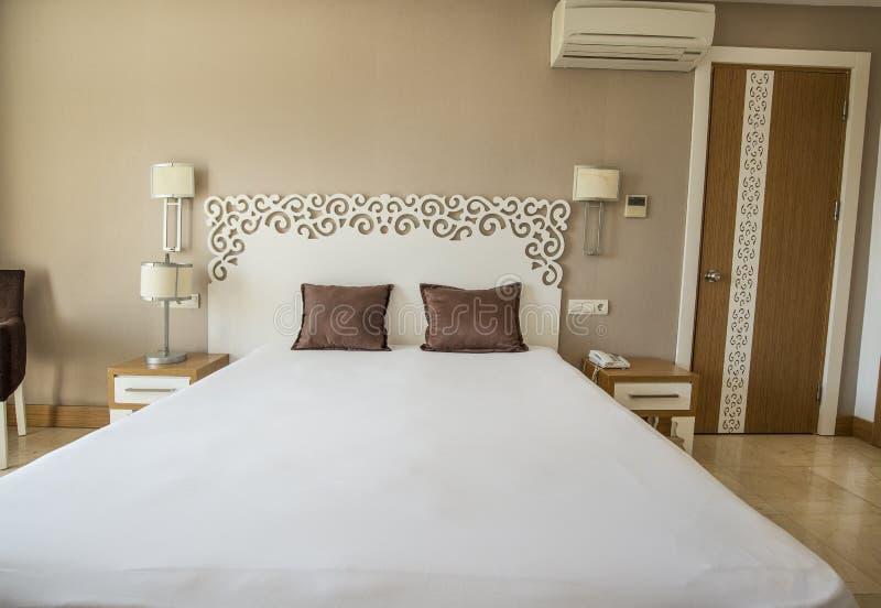 Betingat hotellrum för luft med enkel dubbelsäng royaltyfria bilder