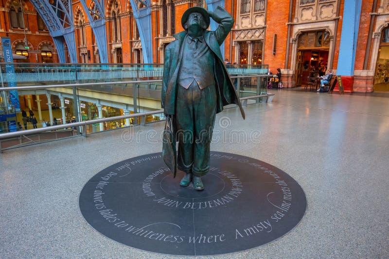 Betjeman statua przy St Pancras stacją w Londyn, UK obraz stock