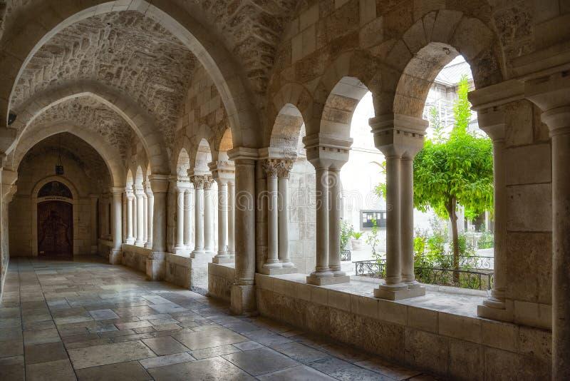 Betlehem Israel, 14th September 2017 Sikt av korridoren med dess många krökta pelare och det skinande golvet av monasna för St Ca royaltyfria foton
