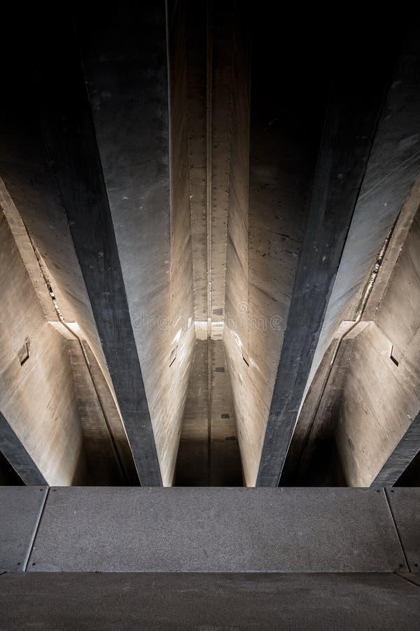 Betonów promienie pod mostem zdjęcie stock