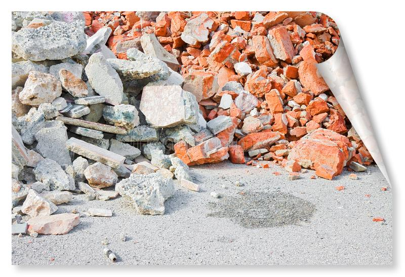 Beton en baksteenpuinpuin op bouwwerf na een vernieling van een baksteengebouw - krul en schaduwontwerpconcept royalty-vrije stock afbeeldingen
