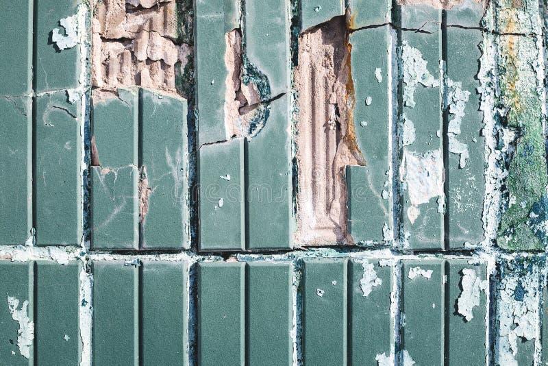 Beton- oder Betonblockwand in defekter Bedingung stockbilder