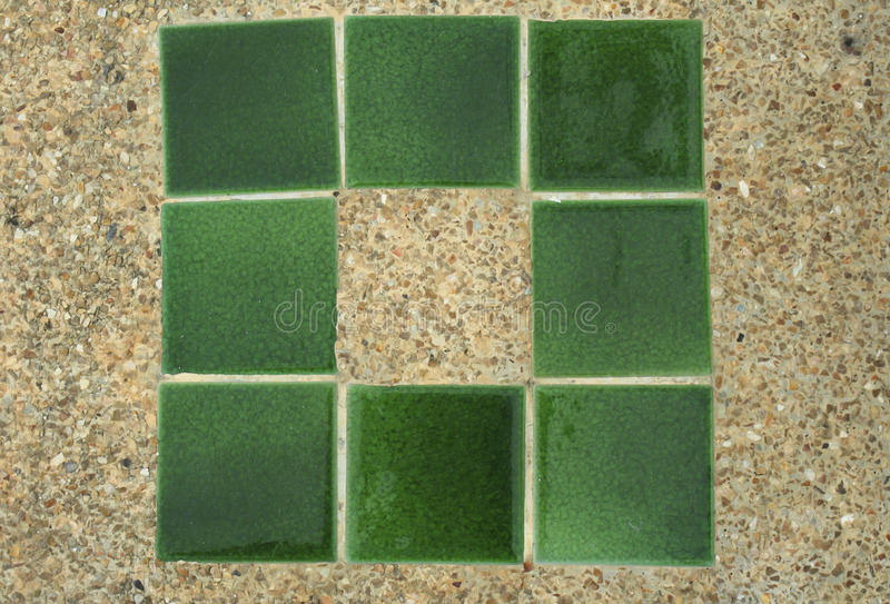 Beton z małą żwir teksturą z zielonymi płytkami fotografia stock