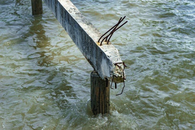 Betonbrücke wird nicht auf Meer gebaut lizenzfreie stockfotos
